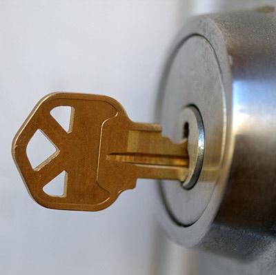 Как поменять личинку в замке двери